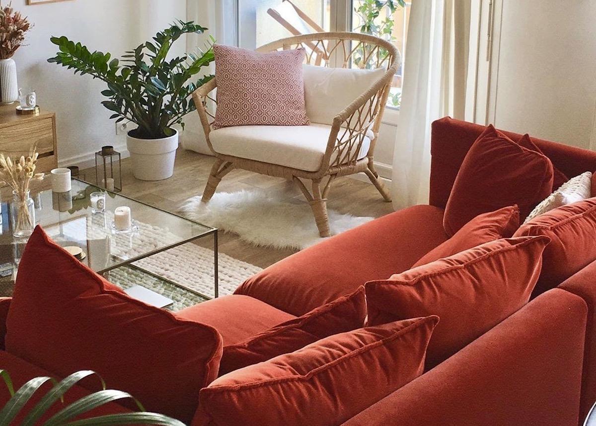 homebyauriane salon fauteuil osier canapé terracotta velours rouge - blog déco