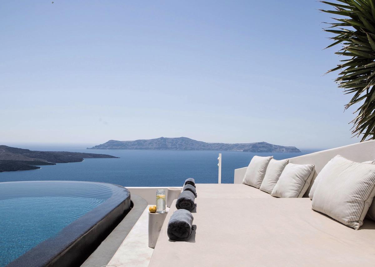 hotel Santorin luxe design piscine débordement mer Égée Porto Fira suites