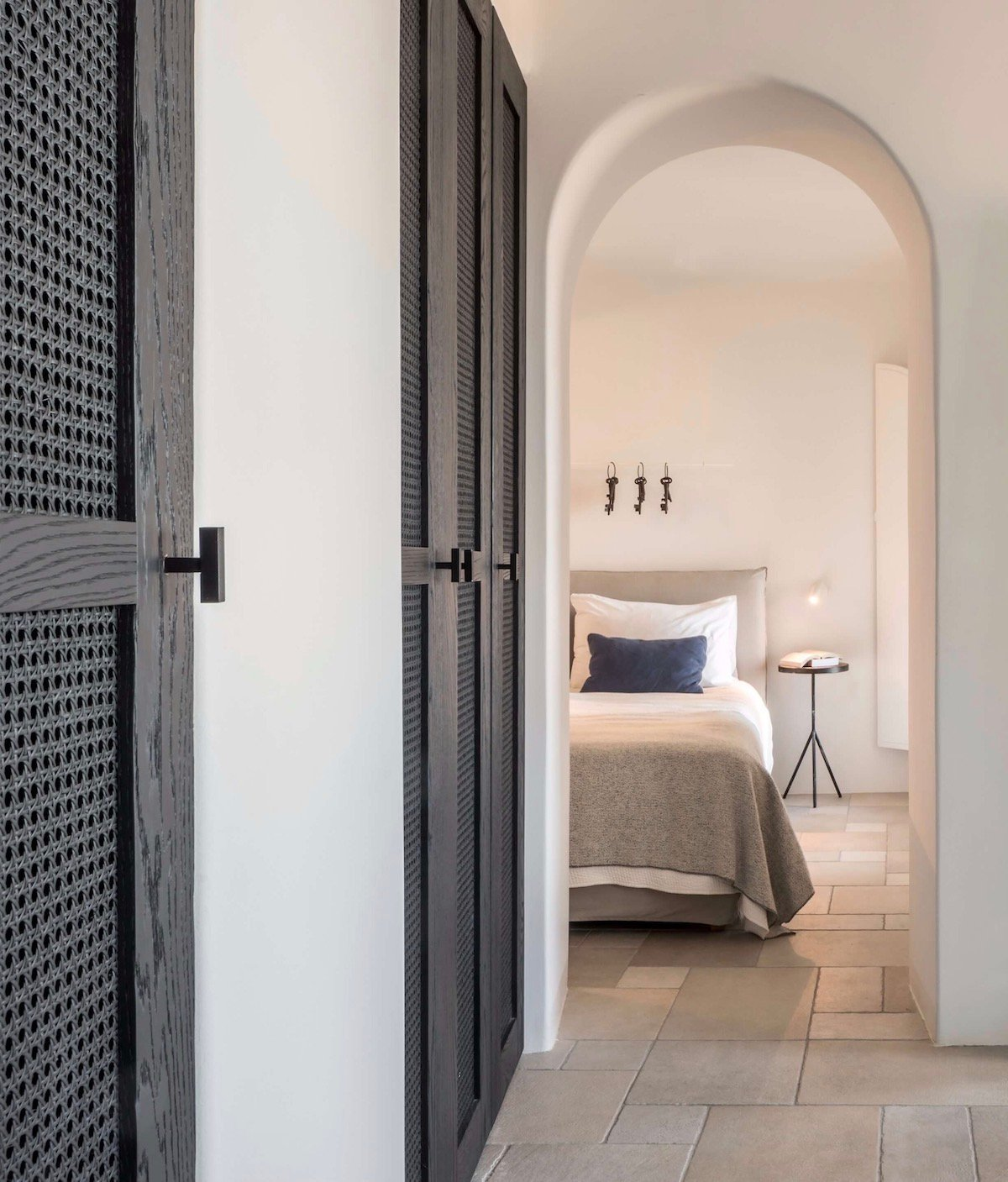 hotel troglodyte santorin placard porte cannage noir alcove maison blanche