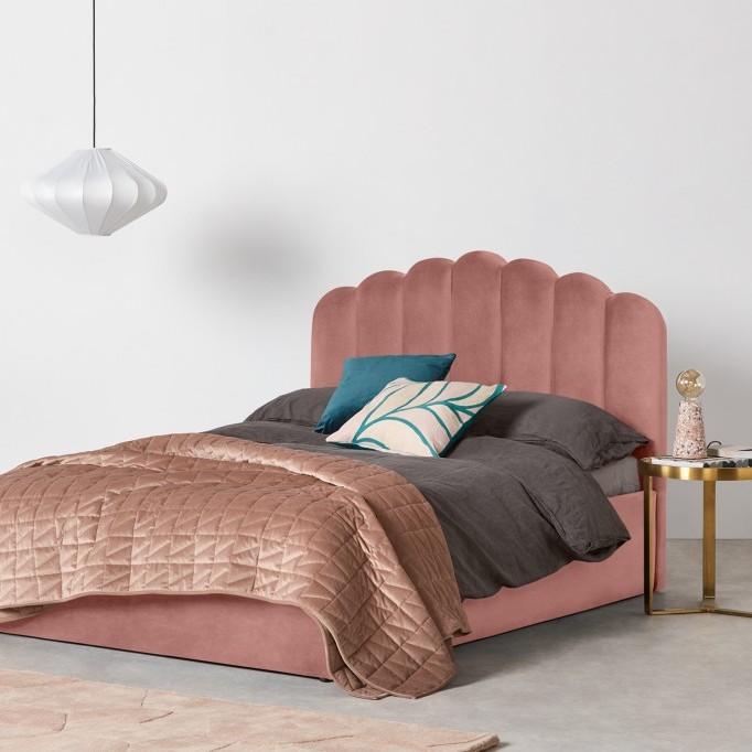 lit boxspring velours rose tête de lit oval suite parentale luxueuse table de chevet laiton