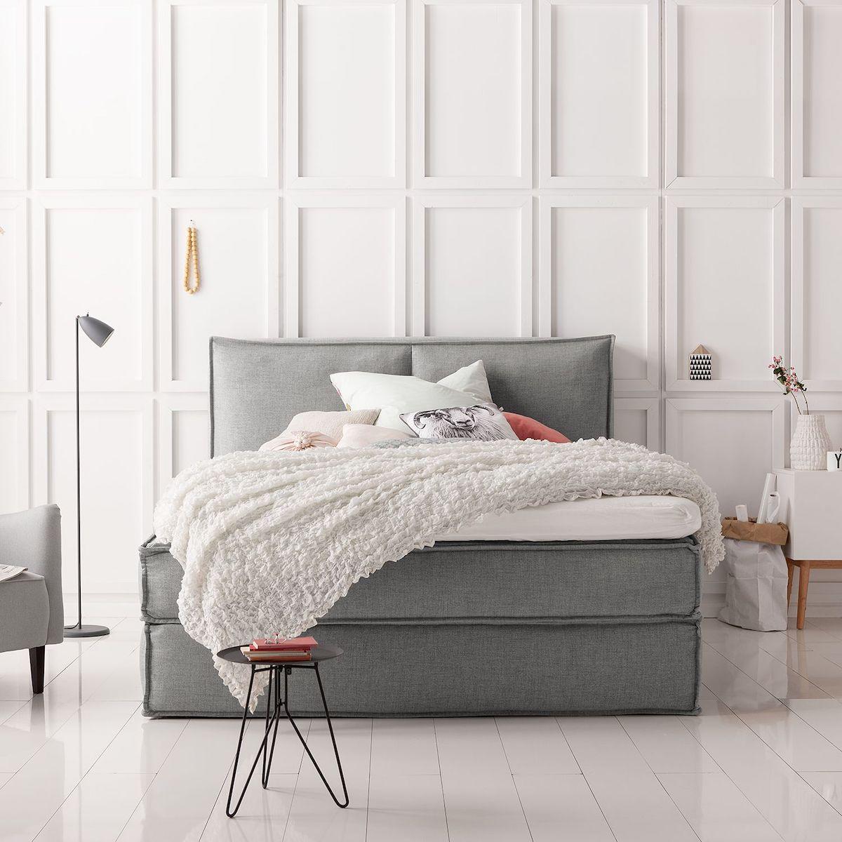 lit double boxspring gris parquet bois blanc moulure mur table basse noir métallique