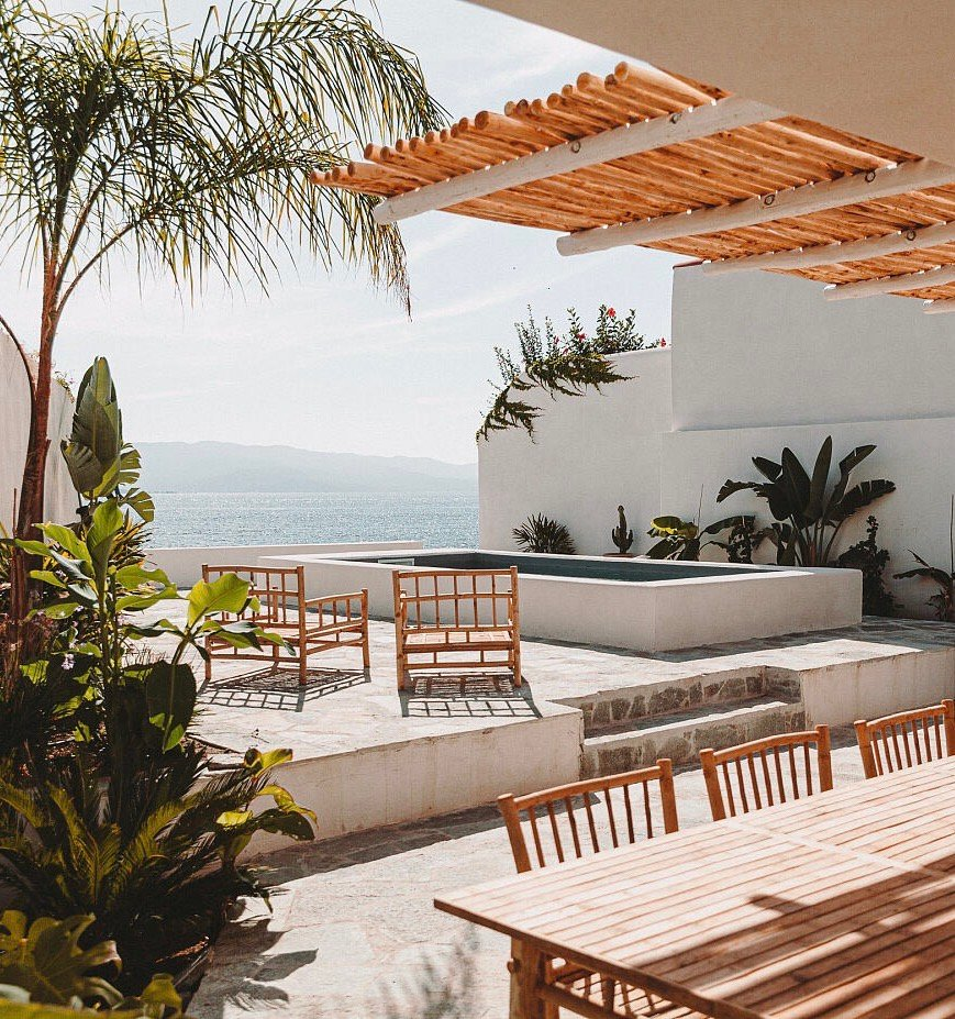 louer villa Corse Ajaccio piscine bord de mer table rotin bambou jardin terrasse