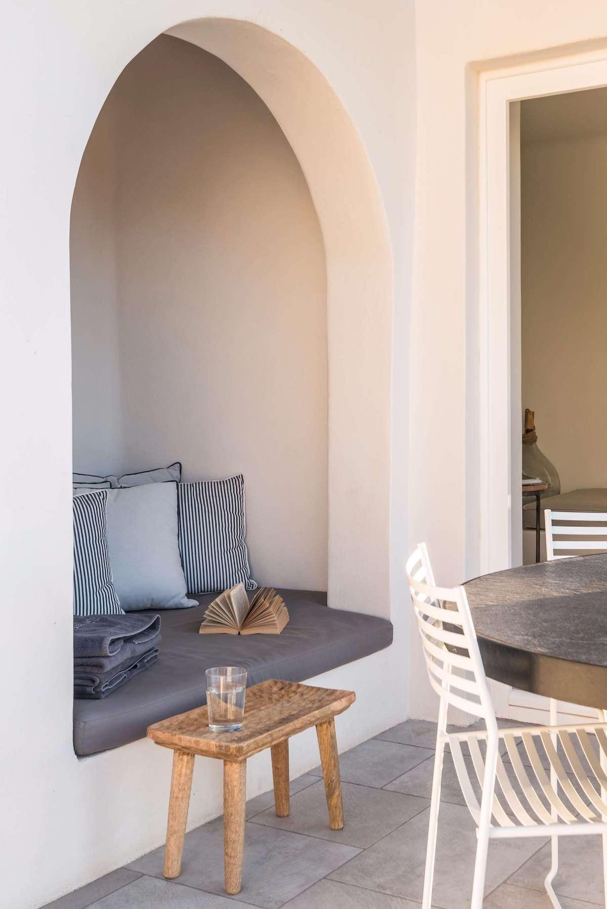 maison style grecque terrasse coin cosy alcove patio coussin rayé bleu blanc