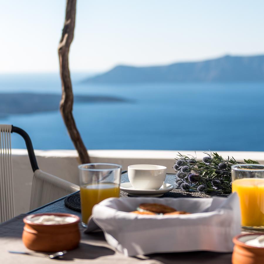 Porto Fira Suites petit-déjeuner avec vue bouquet de chardon jus d'orange