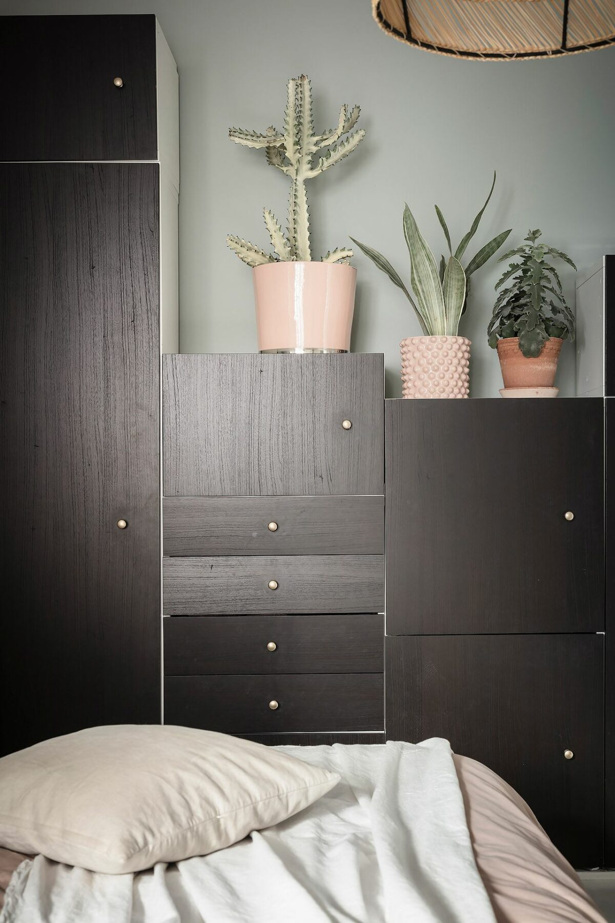 placard dressing escalier noir blanc rangement - blog déco - clemaroundthecorner