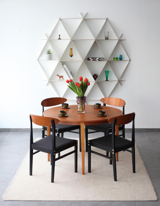 salle à manger table ronde en bois étagère murale arrondie bois blanc