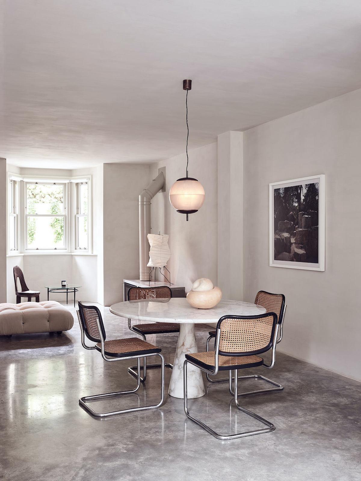 salle à manger sol brut table ronde marbre chaise B32 CESCA Marcel Breuer