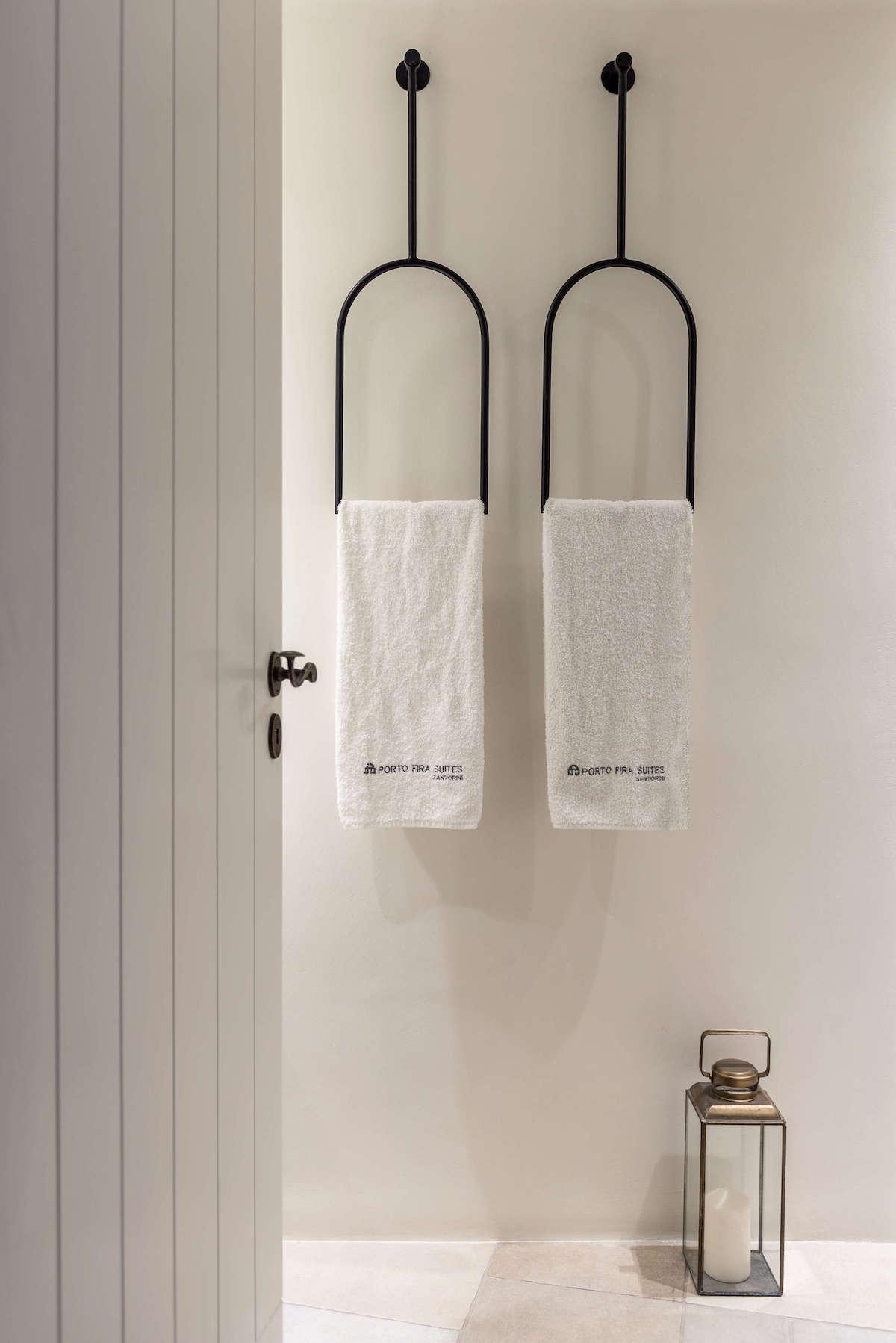 salle de bain blanche noir mat porte-serviette suspendu lanterne