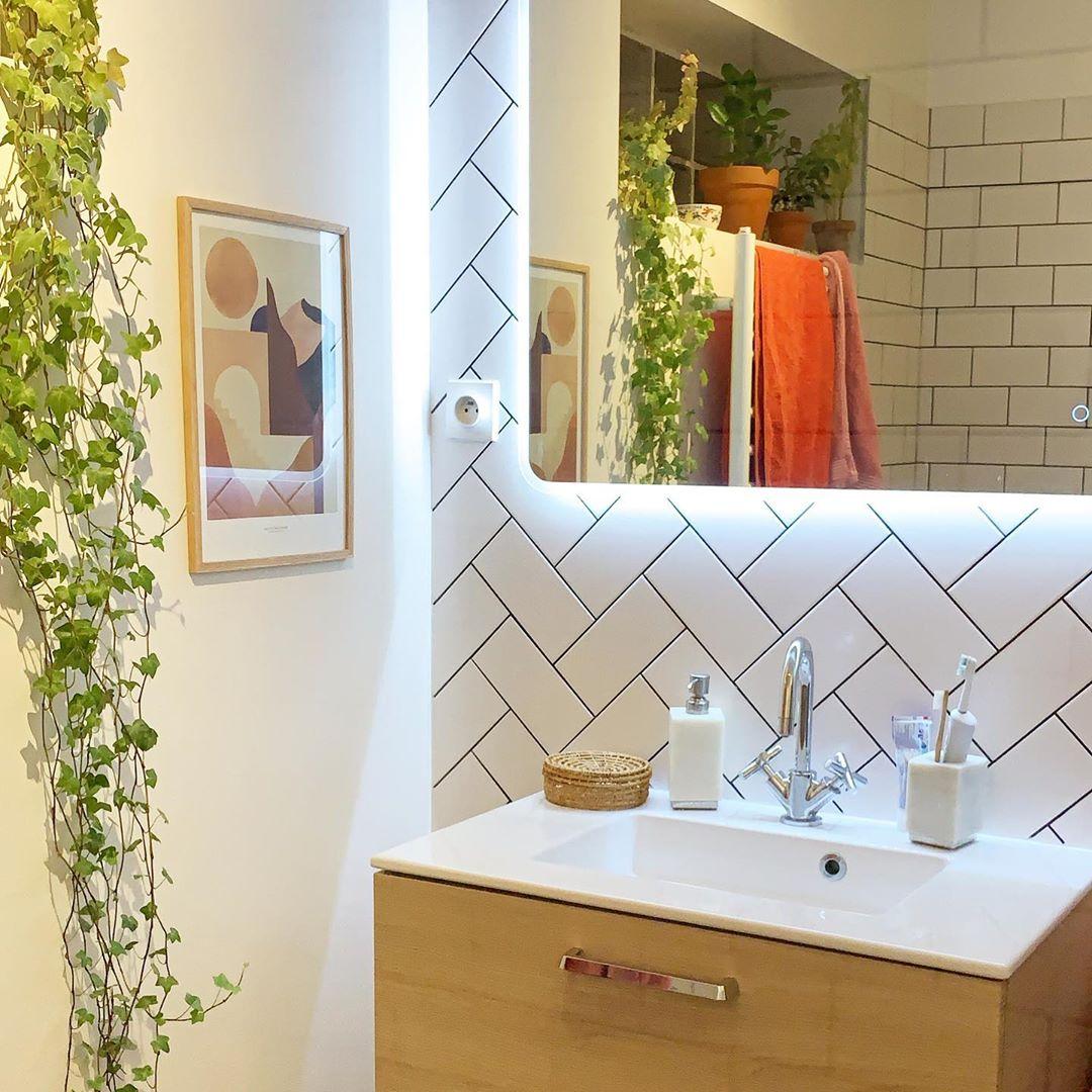 salle de bain carrelage blanc pose chevron travers crédence murale