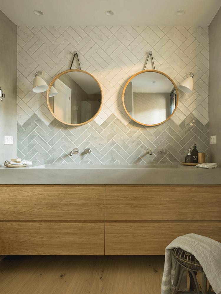 salle de bain carrelage zellige blanc bleu gris pose diagonale chevron meuble bois double vasque