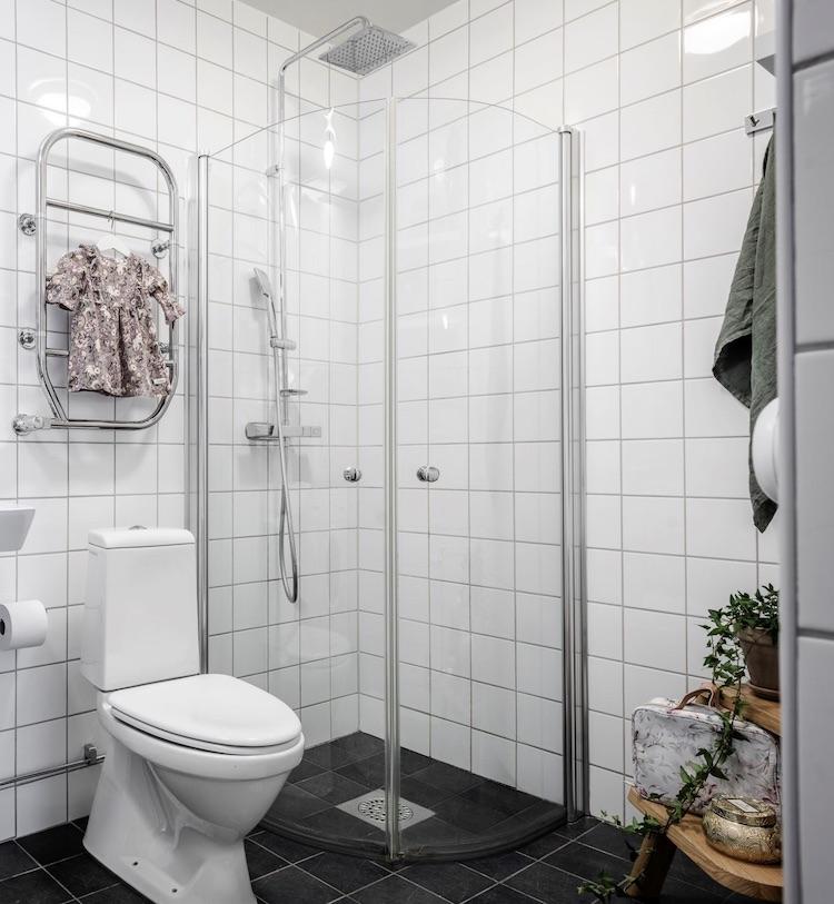 salle de bain douche italienne minimaliste noir blanche ronde demi lune