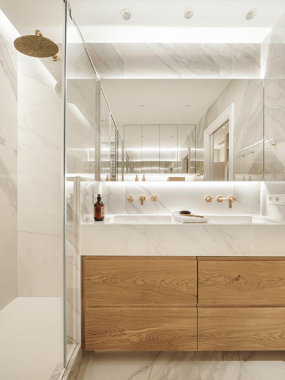 salle de bain marbre bois robinet laiton douche italienne appartement Eixample