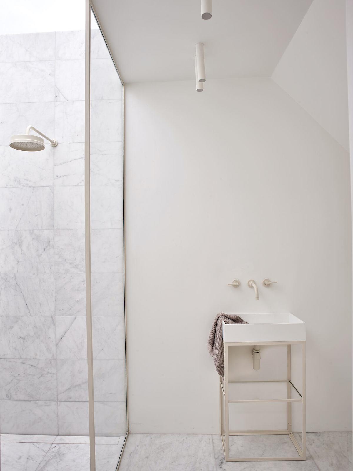 salle de bain minimaliste marbre grès cerame laiton blog déco - clem around the corner