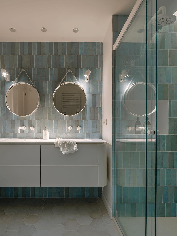 salle de bain zellige turquoise aqua double vasque miroir douche italienne