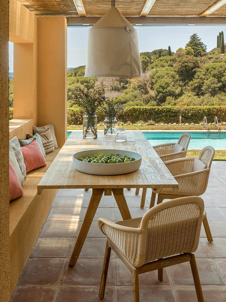 salle repas table extérieur patio méditerranéen terrasse tomette rouge costa brava