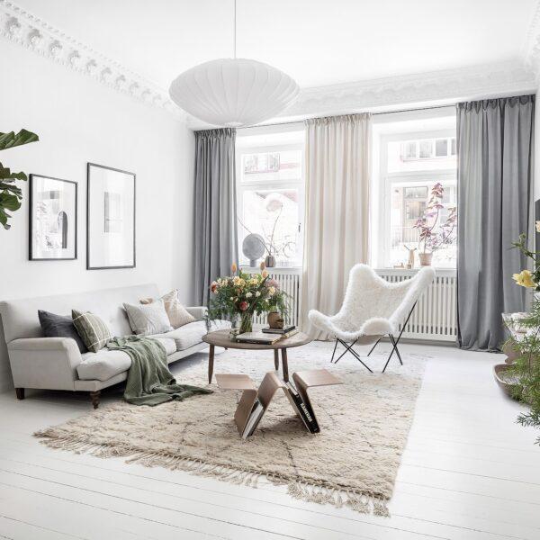 salon blanc fauteuil fourrure décoration intérieur - clem around the corner