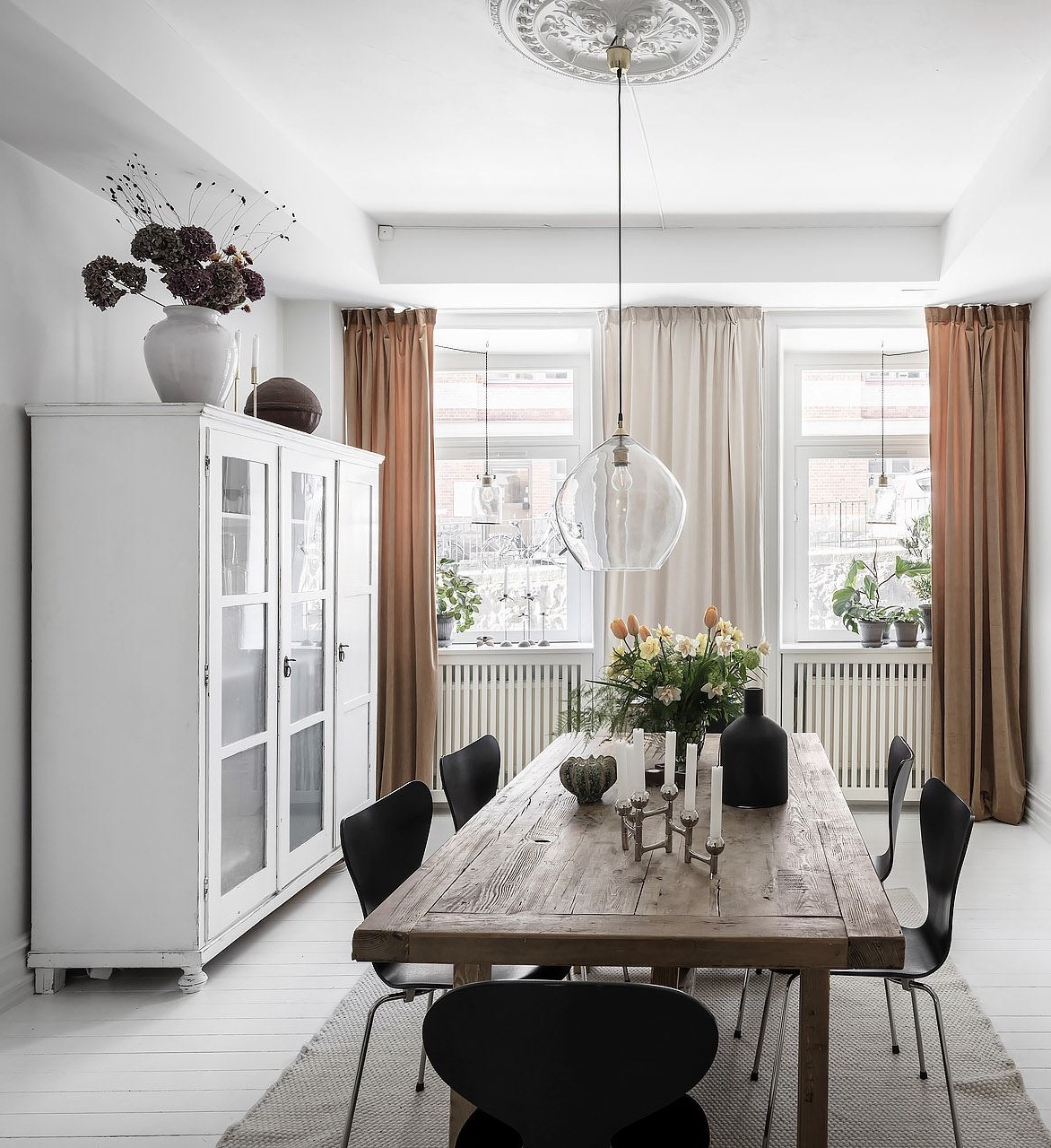 salon blanc parquet repeint armoire parisienne chaise fourmi