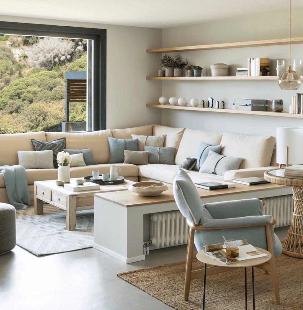 salon bord de mer chic intérieur canapé angle beige déco bleu clair