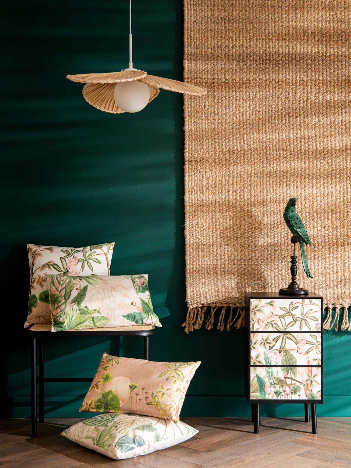 salon mur vert inspiration hanoi déco thème Vietnam suspension palmier rotin cannage