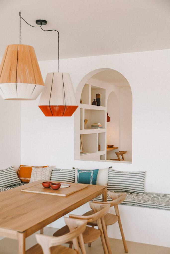 séjour table bois coussin coloré mélange couleur assortiment ocre jaune bleu vert rayures