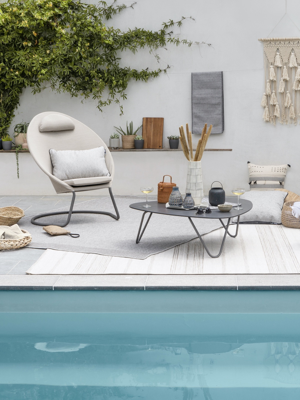 terrasse bord piscine aménagement coin relaxation idée - blog déco - clem around the corner