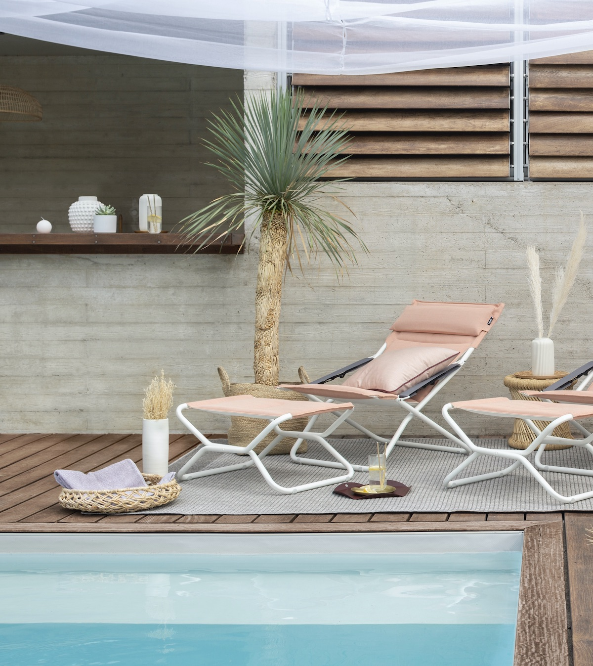 transat chaise longue couleur corail orange piscine bois teck