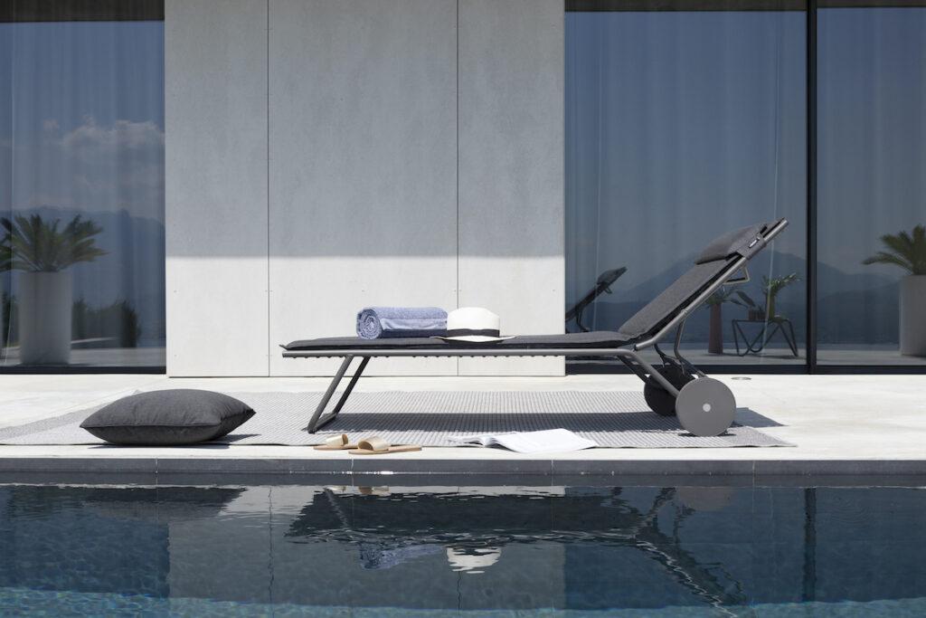 transat piscine gris foncé design bauhaus minimaliste sur roue roulettes