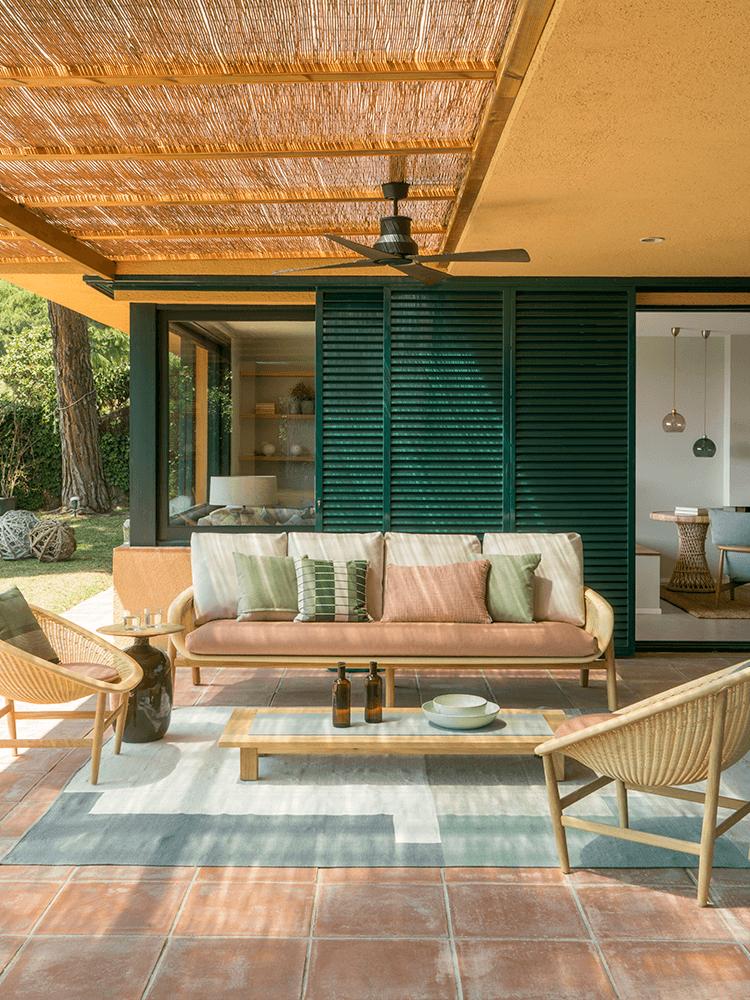 villa jaune volet vert terrasse patio salle à manger extérieur rotin couleur pastel