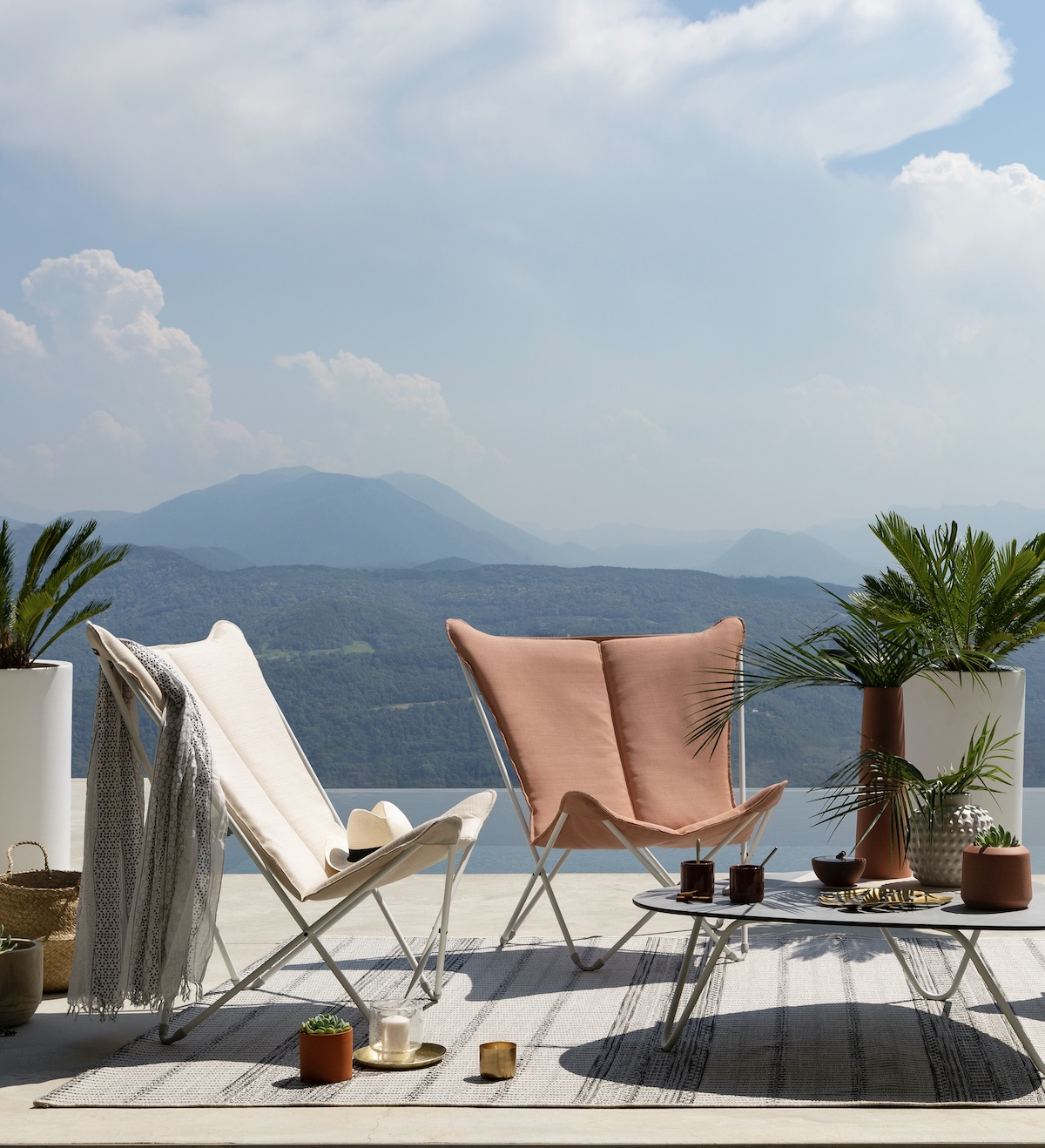villa piscine Annecy lac montagne terrasse fauteuil papillon Lafuma beige corail décoration