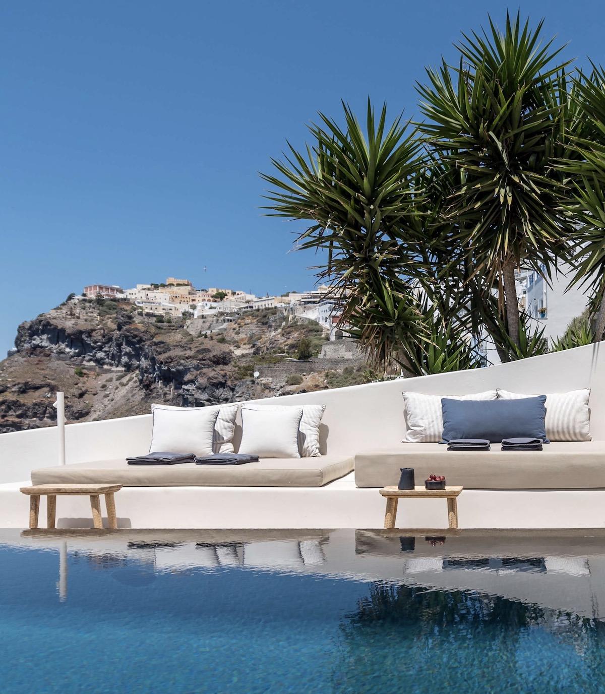 Porto Fira Suites villa Santorin maison blanche piscine falaise table basse tabouret bois flotté