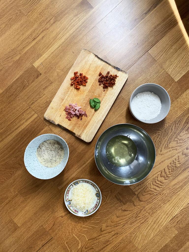 recette financier salé gruyère parmesan jambon Serano chorizo tomates séchées feuilles basilic frais