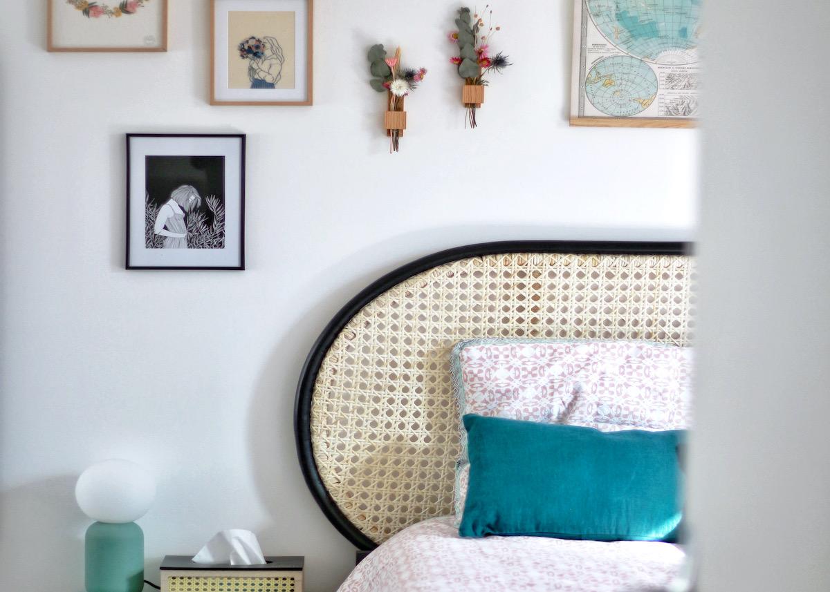 appartement duplex chambre vintage lit cannage déco murale tableau fleurs séchées
