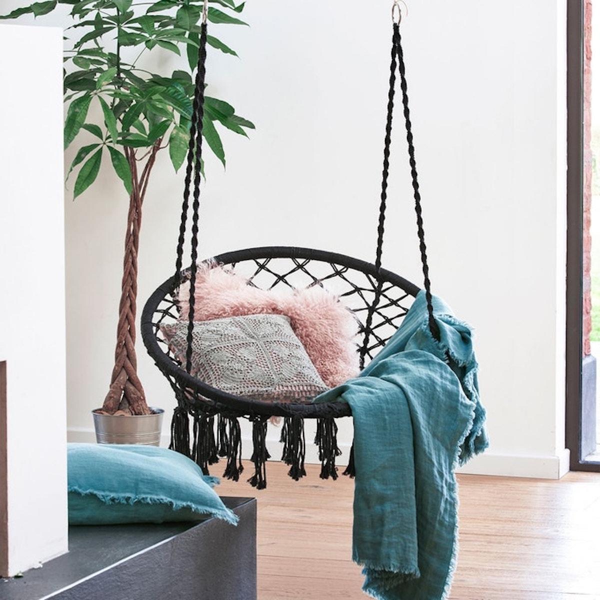 chaise hamac tressé noir pompon intérieur bohème - blog déco - clematc