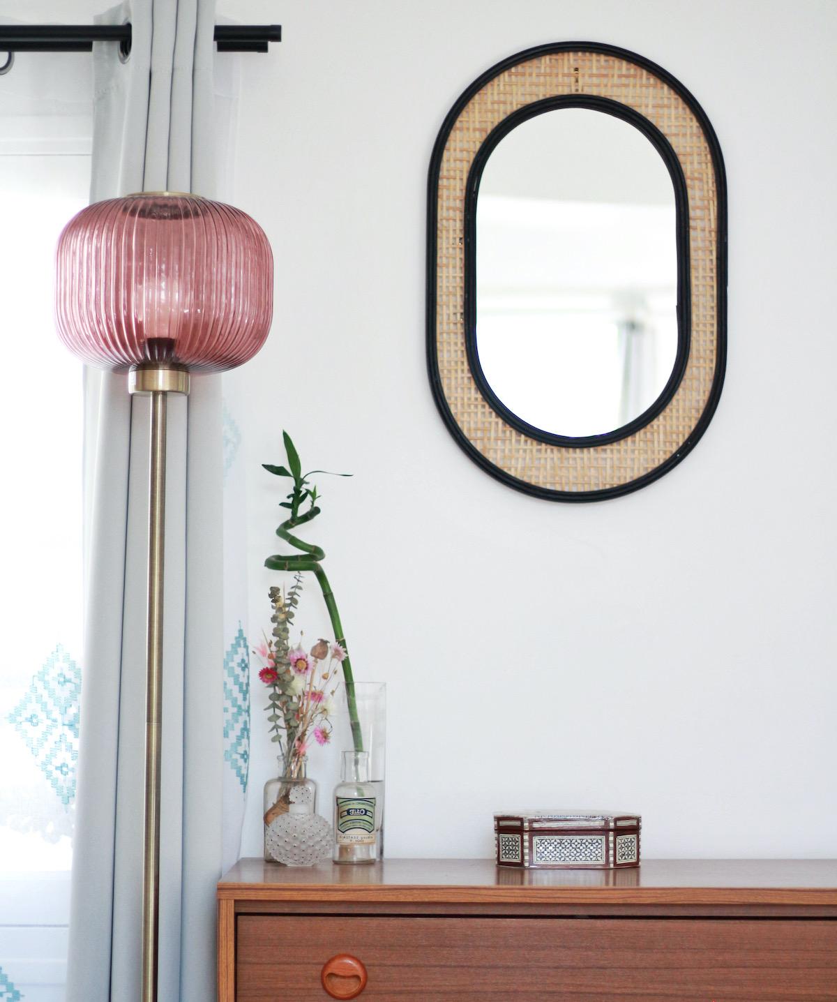 chambre appartement parisien accessoires vintage lampe rose laiton miroir cannage