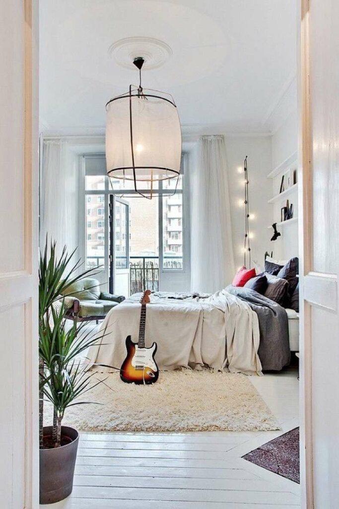 chambre artiste déco bois et blanc tapis à frange guitare électrique guirlandes lumineuses