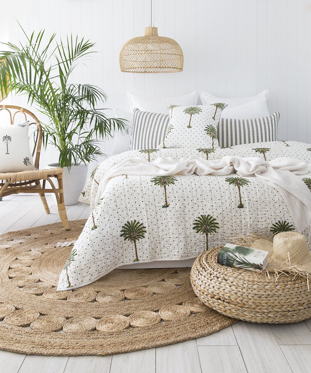 chambre déco intérieure parquet bois blanc tapis rond osier style végétal et urban jungle