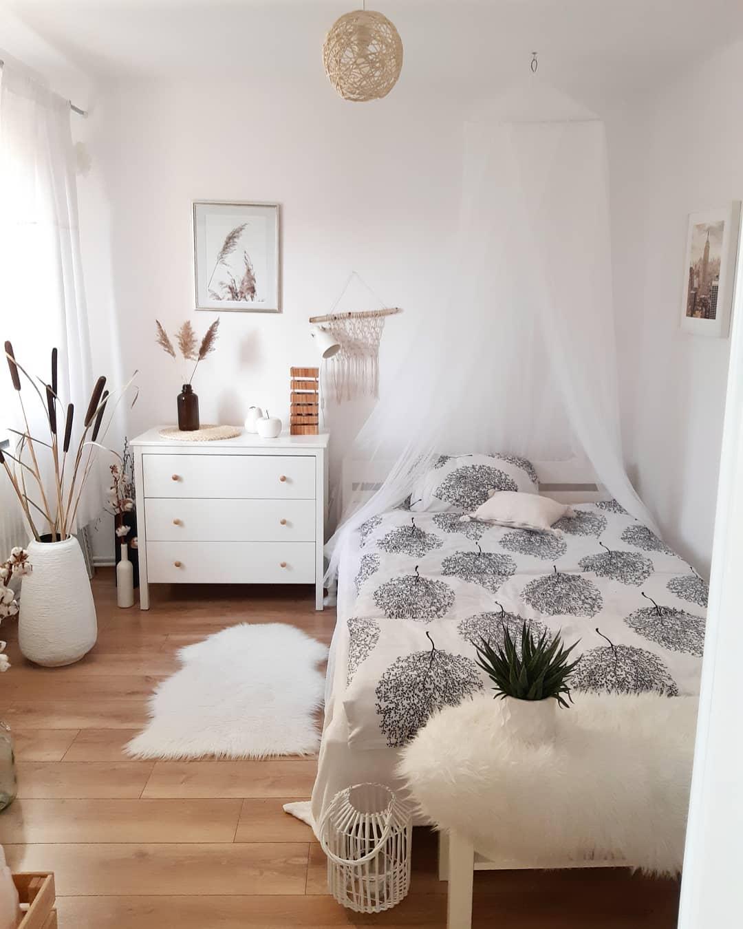 chambre scandi boho Hongrie Laure Dekor tapis mouton ciel de lit voilage