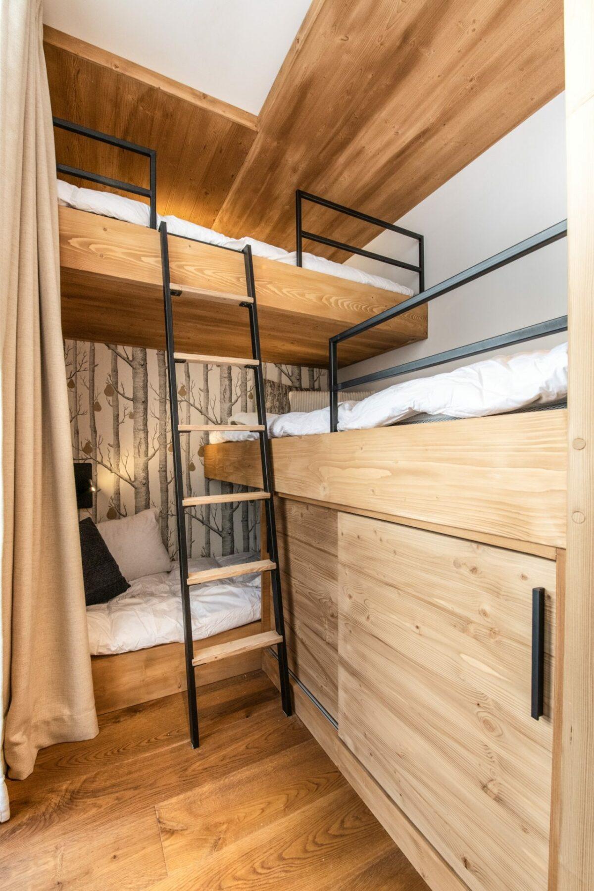 chambre trois enfant lit superposé bois massif métal moderne appartement ski Val d'Isère