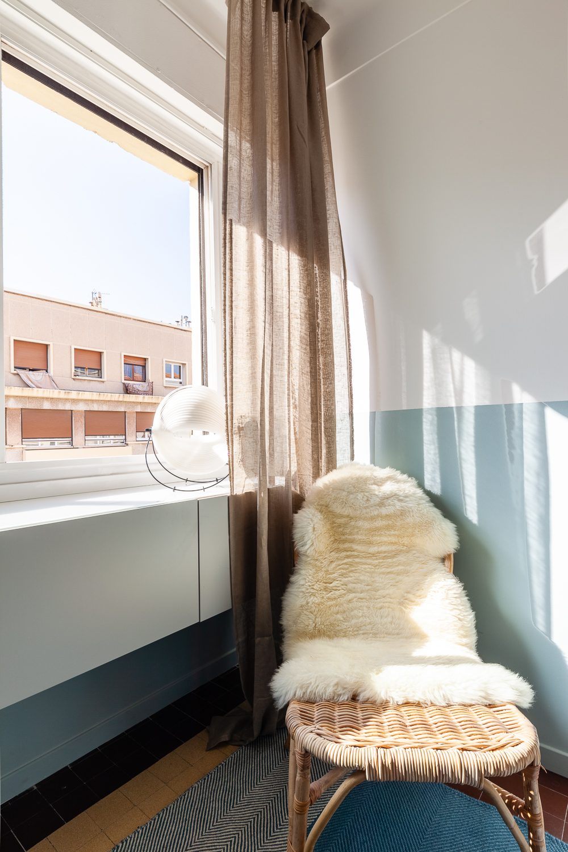 coin lecture cosy chambre fauteuil rotin tapis peau mouton lampe eclipse Objekto Mauricio Klabin