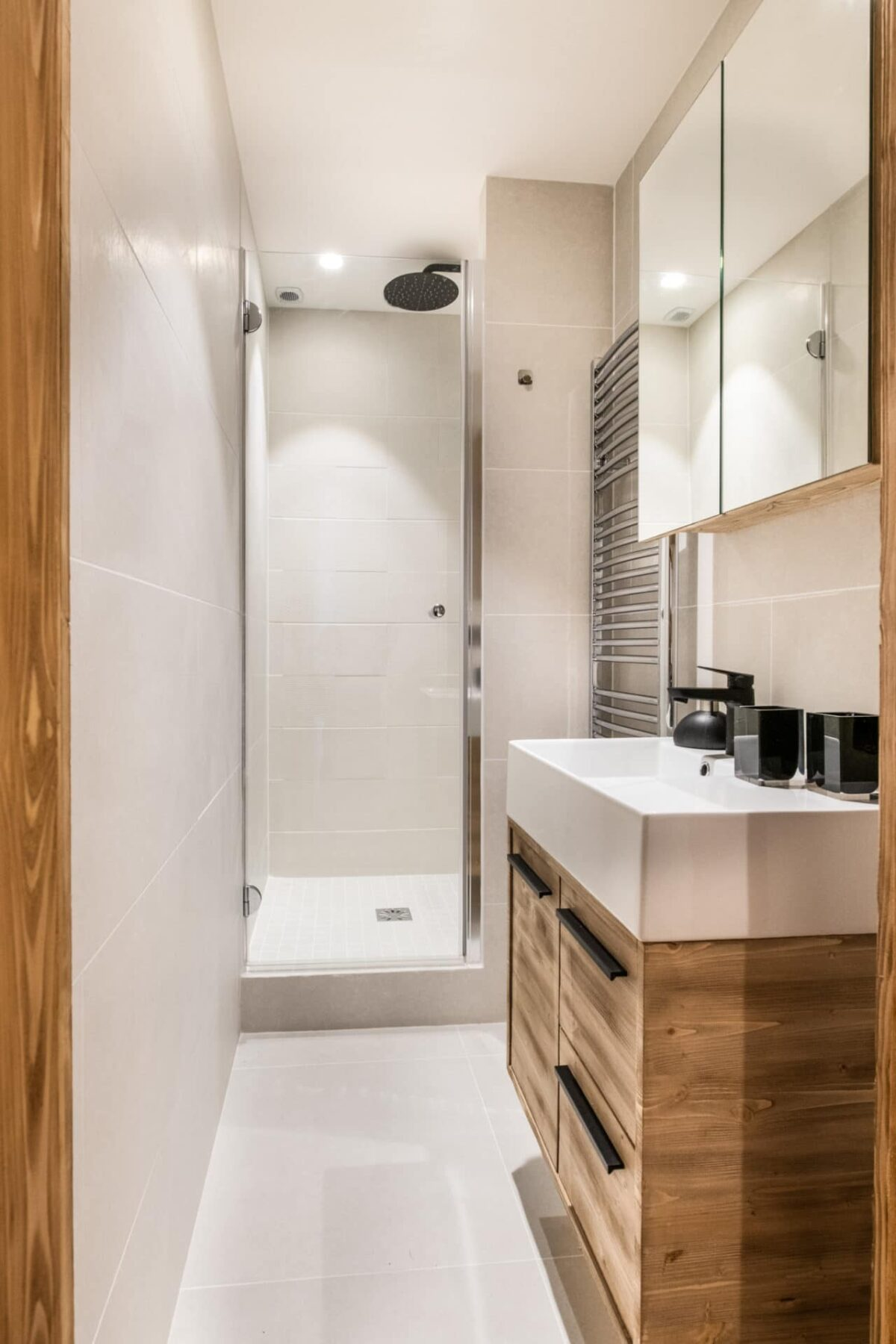 comment aménager salle de douche italienne en longueur style chalet moderne petit appartement ski