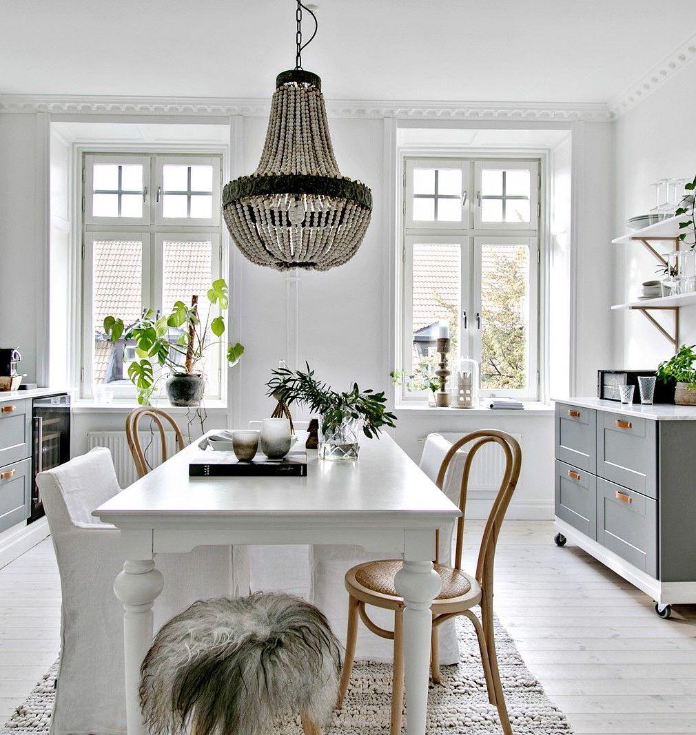 cuisine élégante sobre déco bois et blanc meuble grisé tabouret en fourrure style scandinave