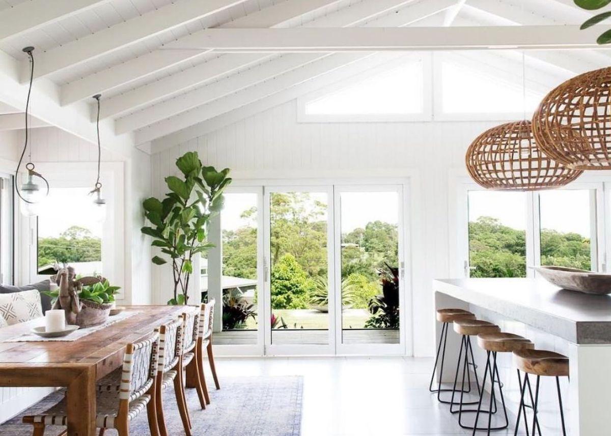 cuisine ouverte salle à manger table tabouret bois poutre blanche suspension osier