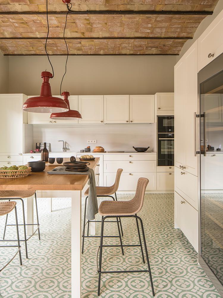 cuisine style campagne carreaux ciment vert clair blanc toit briques orange