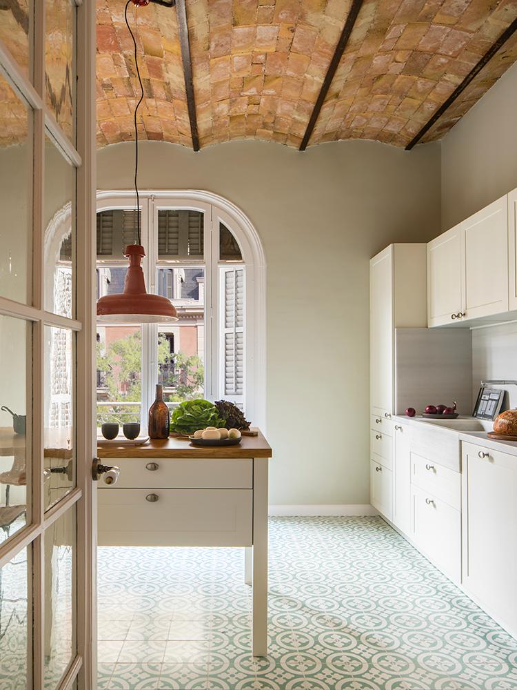 cuisine vintage rétro carrelage vert eau motif rosace meuble blanc