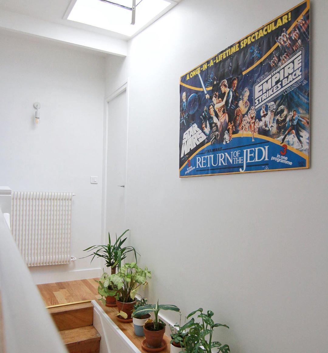 escalier déco minimaliste épurée blanc plantes vertes affiche murale