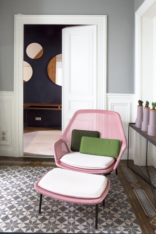 hotel particulier à Paris anti-chambre coin salon fauteuil repose-pied design rose bonbon moderne