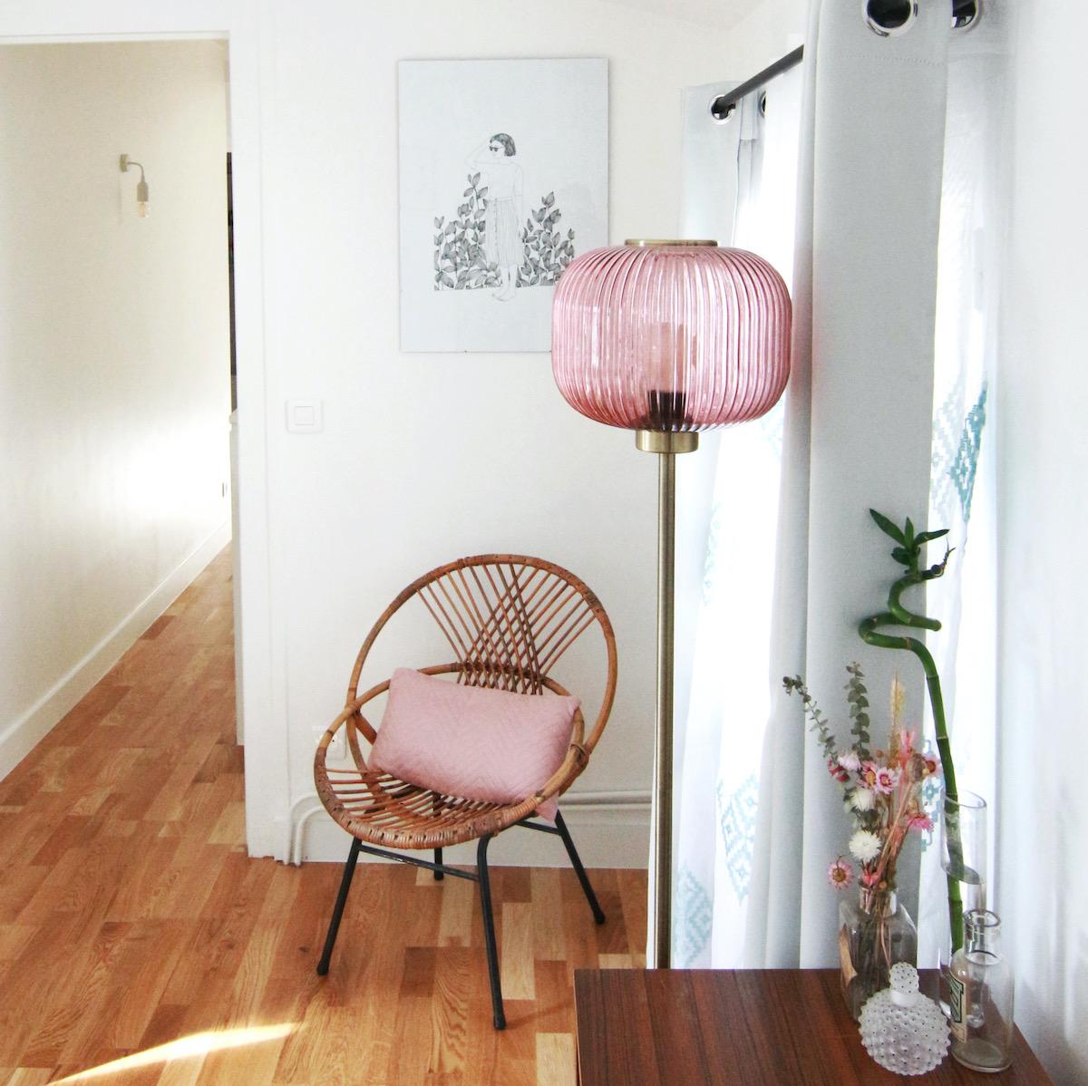 idée déco chambre rétro vintage fauteuil osier lampe rose laiton