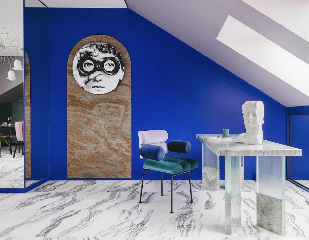 installer espace travail maison sous toits plafond de couleur bleu klein électrique