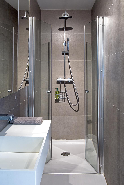 mini salle de bain étroite gris blanche - blog décoration - clem around the corner