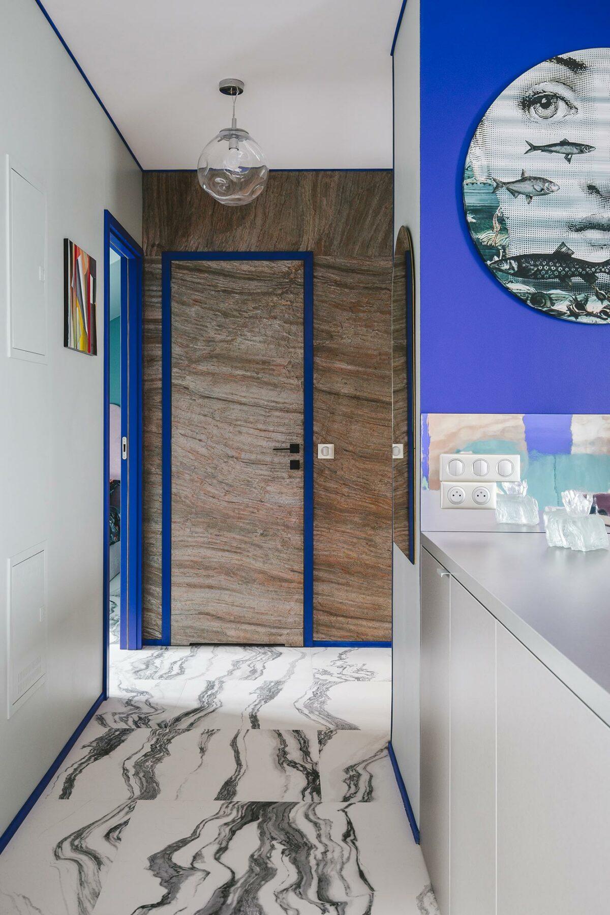 porte entrée appartement bois encadrement boisure peinte bleu klein fluo design